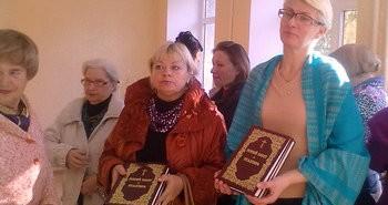 """Книги """"Новый завет и Псалтирь"""" бесплатно переданы черняховским библиотекарям"""