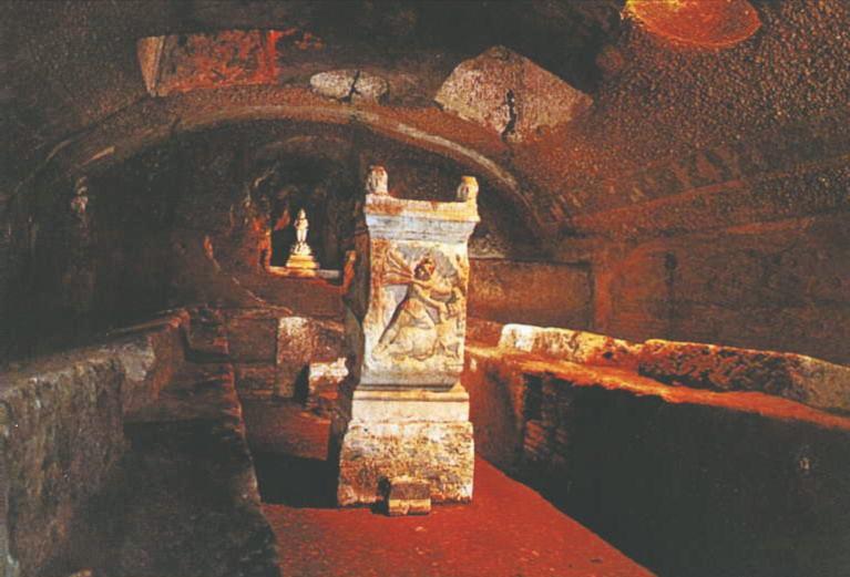 Цветн. илл. IV. В этой зале последователи митраического культа собирались на сакральные трапезы