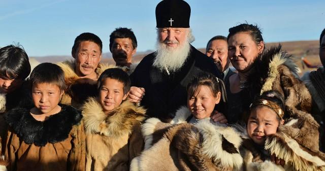 Патриарх Кирилл поговорил о христианстве с некрещеными оленеводами в тундре