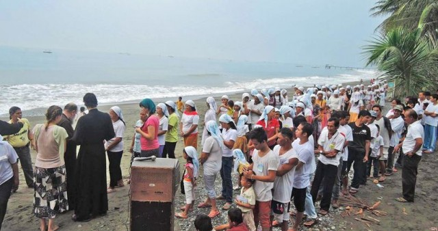 На Филиппинах состоялось очередное массовое крещение местных жителей