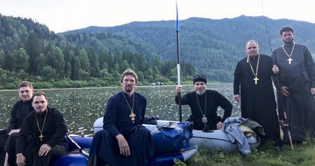 Путями миссионеров владыка и священники прошли на веслах