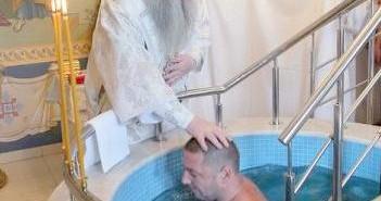 В Свято-Троицком соборе Саратова совершена Крещальная Литургия