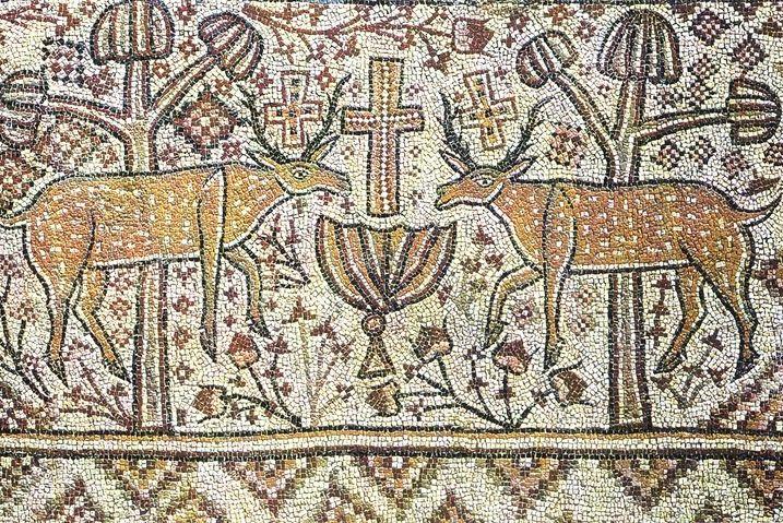 Олени, прильнувшие к источнику, символически изображают катехуменов, приблизившихся к купели. Мозаика церкви в Энчир Унаиси, Тунис. VI–VII вв