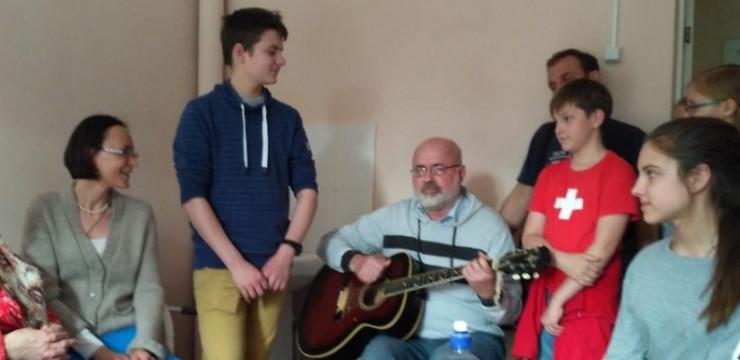 Дом престарелых наполнился радостью и песнями