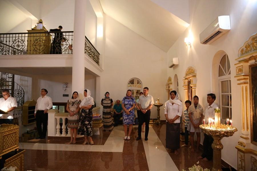 Прихожане Георгиевского храма в г. Пномпене на Пасхальной службе
