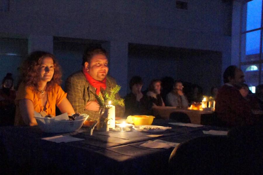 Гости праздника за просмотром фильма о Рождестве, созданного членами Свято Екатерининского братства