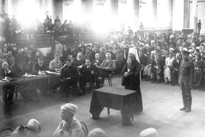 Заседание Петроградского ревтрибунала по делу митрополита Вениамина, 1922 г. Фото с сайта www.encspb.ru.
