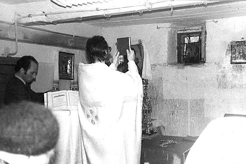 Богослужение в подвале дома, стоящего рядом с полностью разрушенным храмом, г. Электроугли, 1990 г.