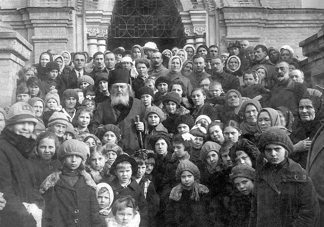 Епископ Лука в окружении паствы. 1920-е гг.
