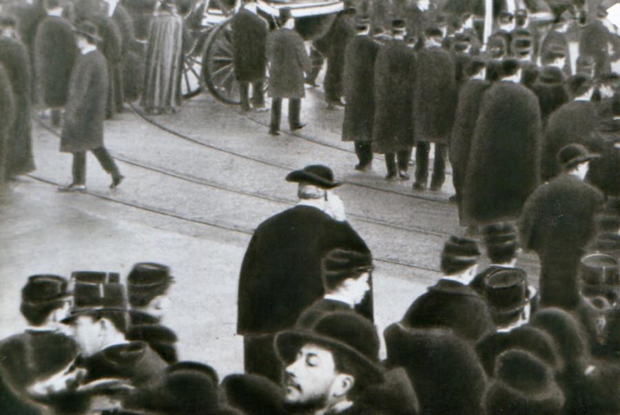 Осип Мандельштам на похоронах католического епископа в Париже  в 1908 г. (фрагмент)