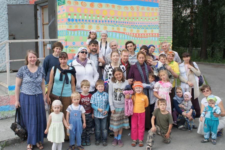 Участники ДЮСЛА  после Литургии в храме во имя Праведного Алексия Московского (Мечева), который расположен рядом с приютом.