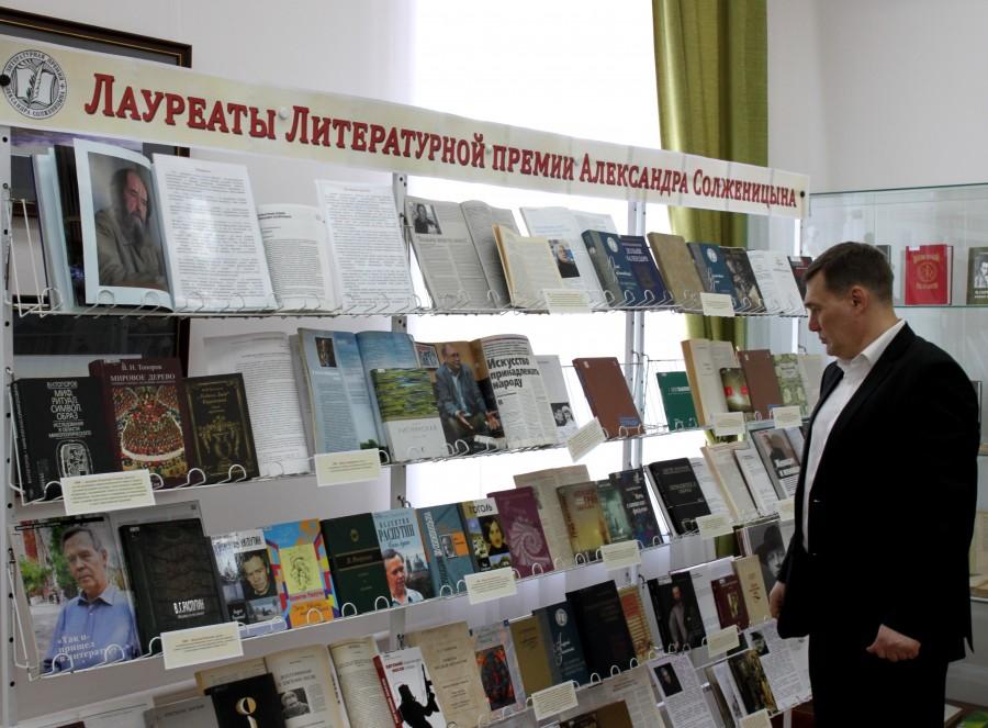 Выстака книг лауреатов Премии