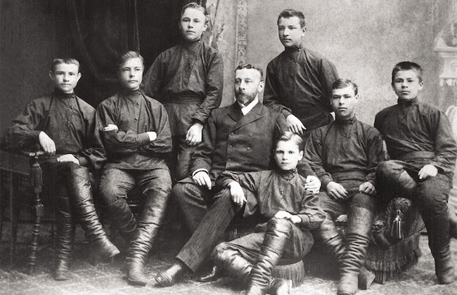 Члены Крестовоздвиженского трудового братства (по центру Николай Неплюев)