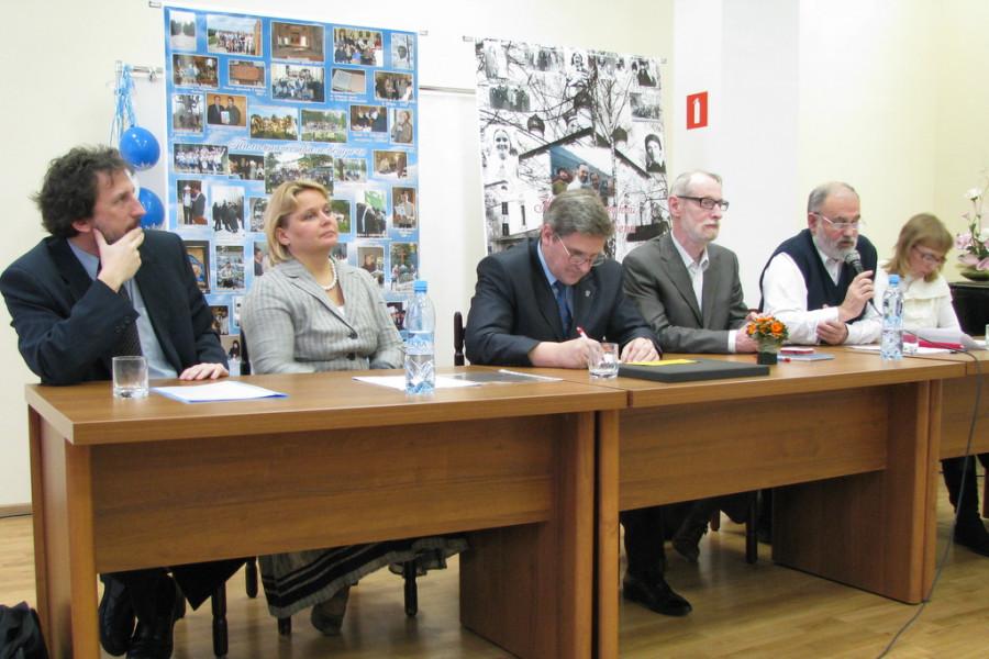 Президиум: слева направо И. Корпусов, М. Лавренова, В. Лавренов, Г. Гутнер, В. Рыжиков, Л. Крошкина