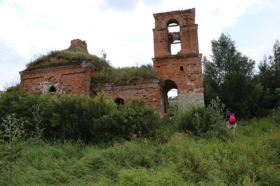 У разрушенного храма
