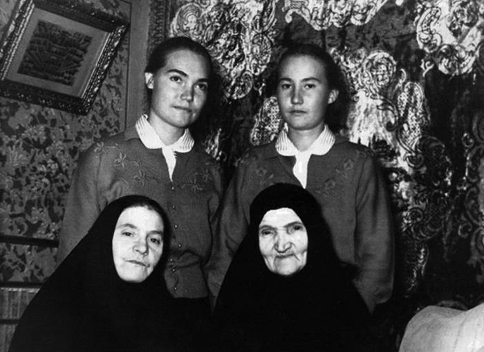 Инокиня Евгения (Миллер), инокиня Аполлония (Доленкова) и воспитанницы
