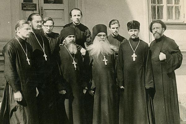 В центре – архимандрит Борис. Среди окружающих его клириков будущий исповедник протоиерей Павел Адельгейм (стоит за спиной о. Бориса, крайний справа во втором ряду)