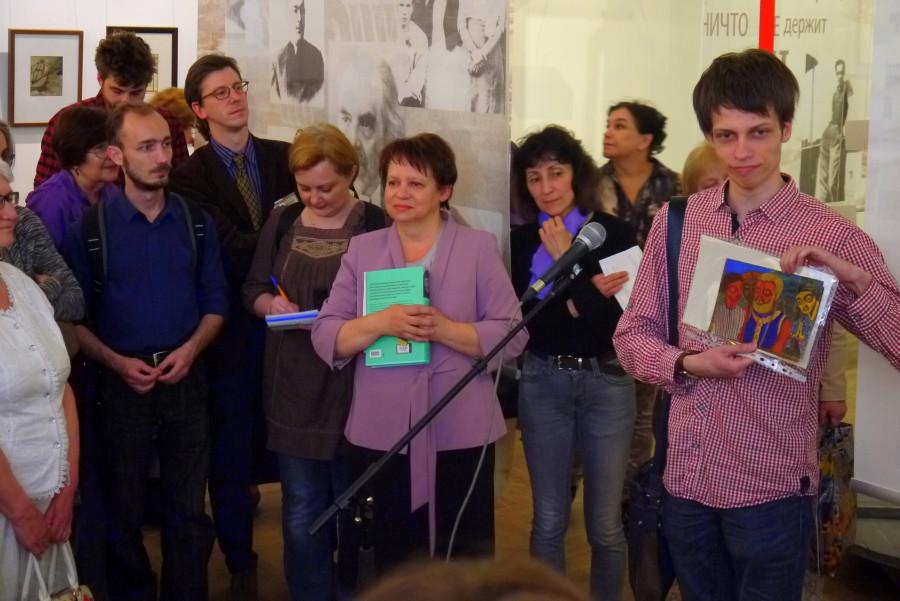 Елена Ляпина, хранившая коллекцию рисунков матери Марии, и ее сын Всеволод показывают рисунки Кузьминой-Караваевой из семейного архива