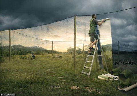 Человек отгораживается от мира при помощи фотообоев