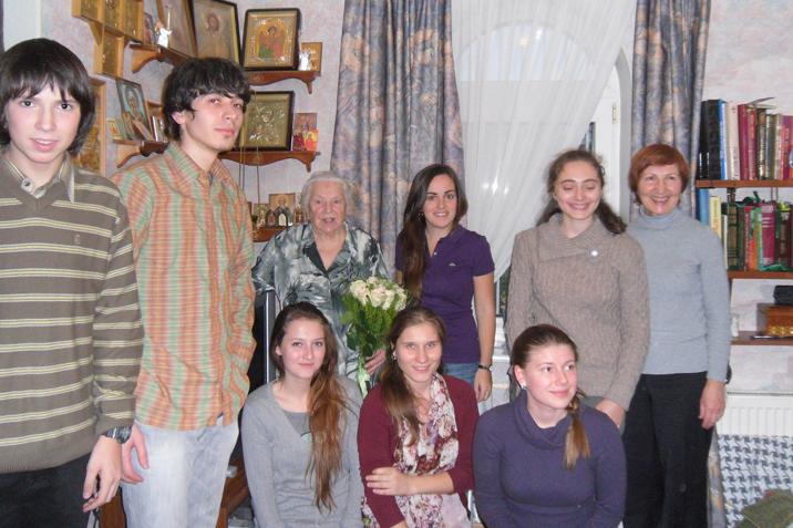 Софья Георгиевна Федина с группой молодежи