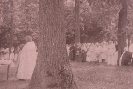 Молитвенное собрание в парке. 1910-е годы.