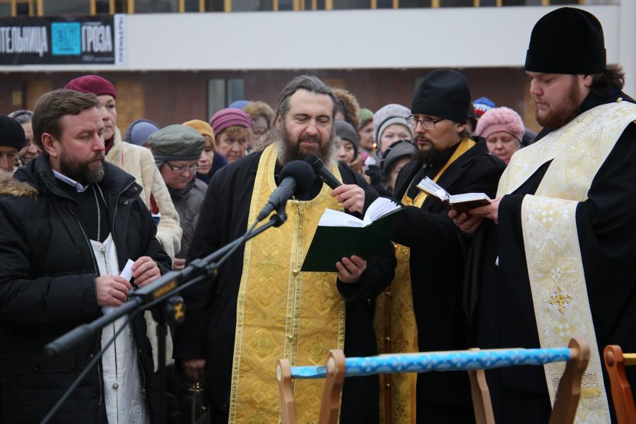 В центре – игумен Феодосий (Нестеров), глава епархиального отдела по взаимоотношениям Церкви и общества
