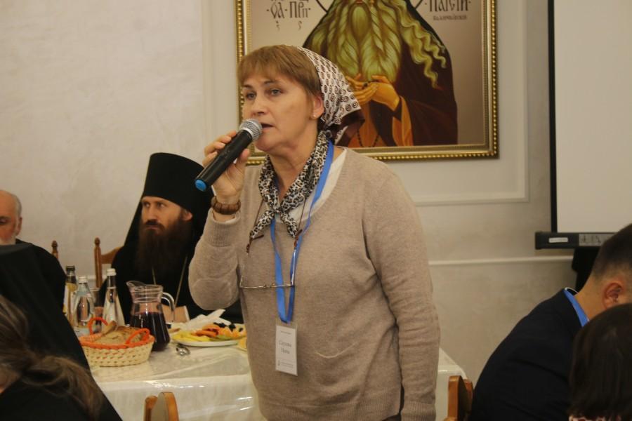 Председатель Свято-Паисиевского малого братства Инна Саулова начинает первое пленарное заседание
