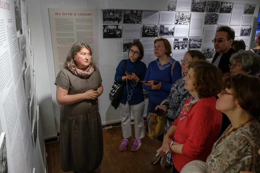 Светлана Чукавина проводит первую экскурсию по выставке