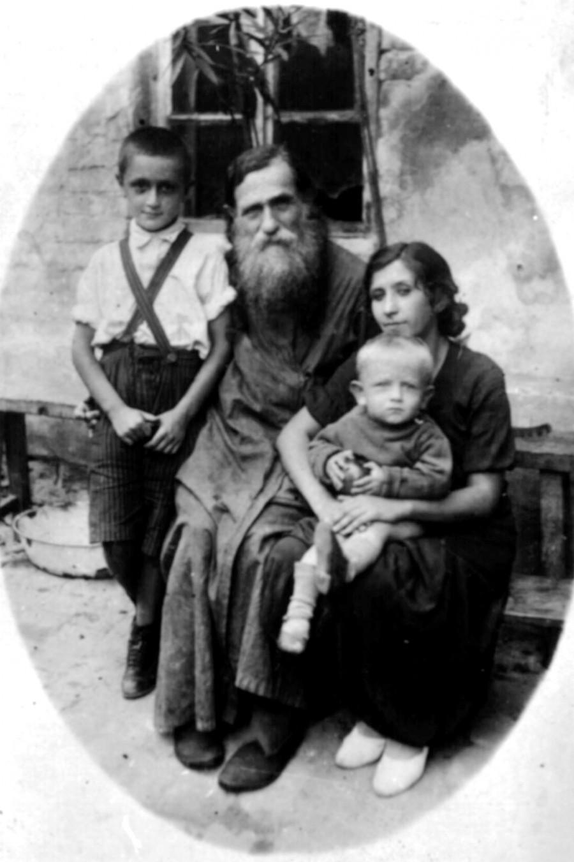 Отец Александр Глаголев с дочерью Варварой и внуками Николаем и Александром.  Лето 1937 года