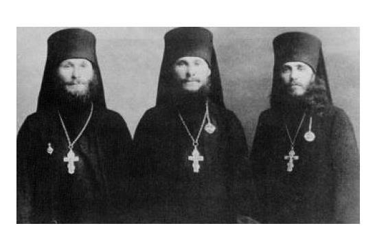 Слева направо: иером. Лев (Егоров), иером. Гурий (Егоров), архимандрит Иннокентий (Тихонов), 1921 г.