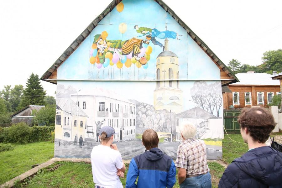 Картины, которые Владимир Александрович Овчинников рисует прямо на домах Боровска
