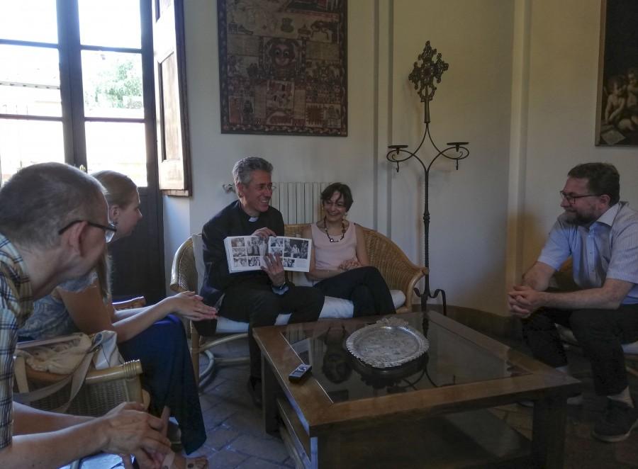 Нашим переводчиком на встрече с о. Марко стала Симона Мерло. Симона – историк, занимается в числе прочего историей Русской православной церкви. Она прекрасно говорит по-русски и приехала из Генуи специально, чтобы сопровождать нас