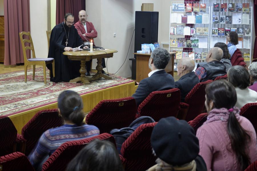 Слева – член Церковно-исторической комиссии Гомельской епархии священник Александр Лопушанский