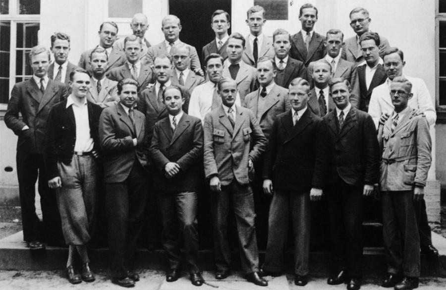 Подпольная семинария в Финкенвальде. Третий курс. 1938 год. Бонхёффер в верхнем ряду третий слева