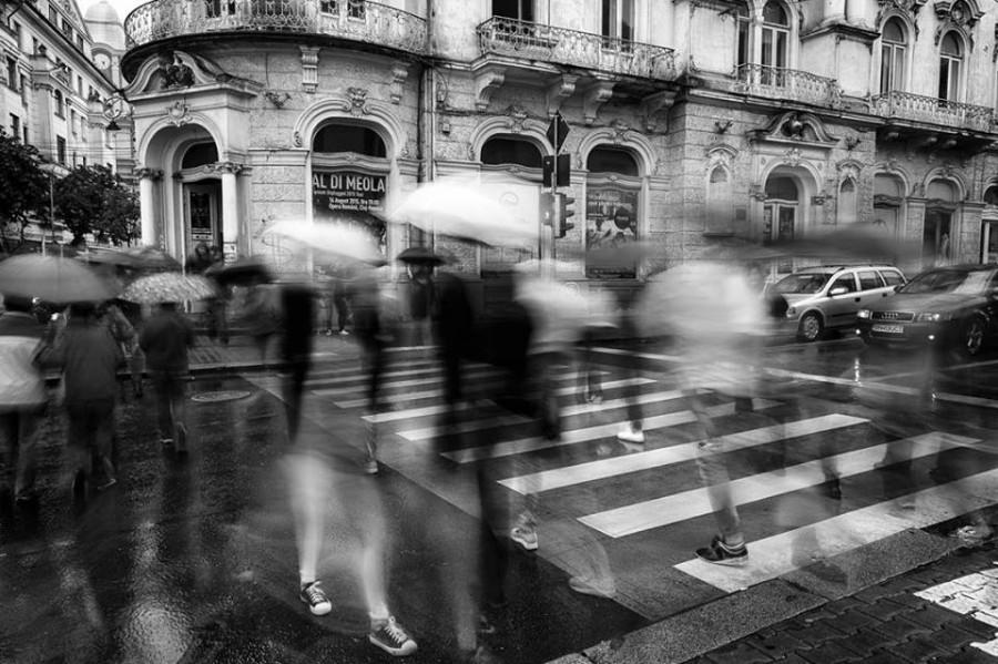 Городской пейзаж. Дождь. Множество людей под зонтиками, каждый сам по себе