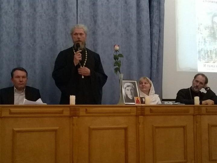 Слева направо: руководитель молодёжного отдела Томской епархии Андрей Труш, священник Михаил Фаст,  Марина Якимова, священник Александр Печуркин