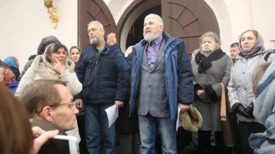 Фото с скандального митинга у входа в кафедральный Воскресенский собор города Твери, 2 февраля 2020 года. Взято с сайта: https://tver24.com/.