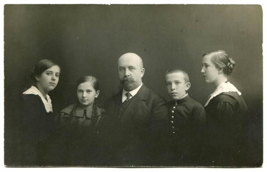 Алексей Юльевич  с детьми:  Надеждой, Еленой,  Юлием, Татьяной