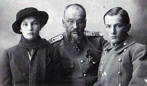 Доктор Евгений Боткин с сыном Глебом и дочерью Татьяной, 1918 год