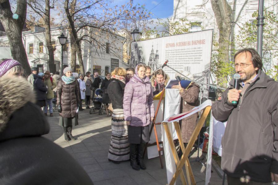 «Молитва памяти» на Покровке. Справа - Максим Зельников, представитель Преображенского братства