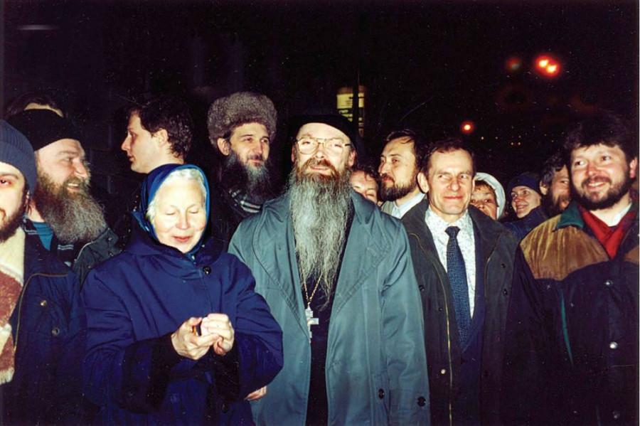 После снятия прещений перед храмом преп. Сергия Радонежского. 15 марта 2000 г.