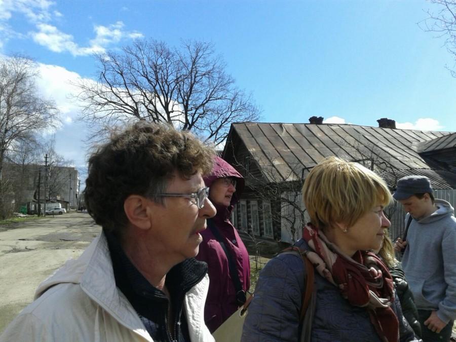 С добровольным гидом Светланой Хрулевой (слева) у руин дома Малышевых