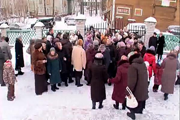 Стояние прихожан у стен храма в Новодвинске