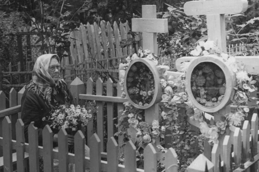 Мария Михайловна Сеничева у могил епископа Макария (Опоцкого) и протодиакона Иоанна (Покровского) на Петровском кладбище, Новгород