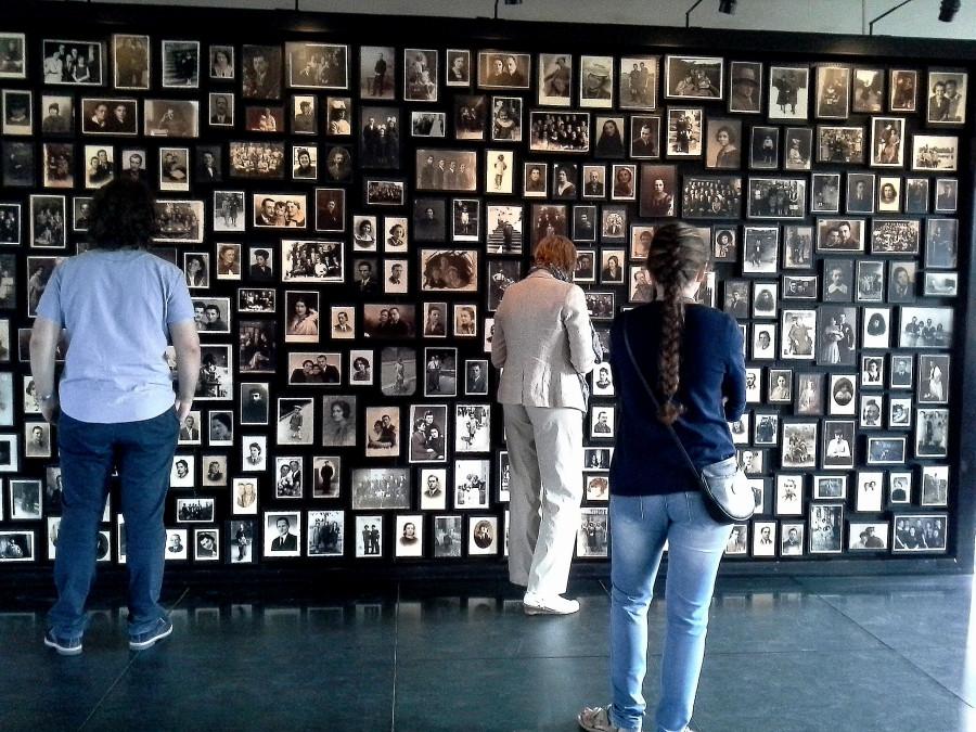 Этой стеной с фотографиями мирного времени заканчивается экспозиция в музее лагеря Аушвиц-Биркенау: тысячи фотографий, которые узники привозили с собой