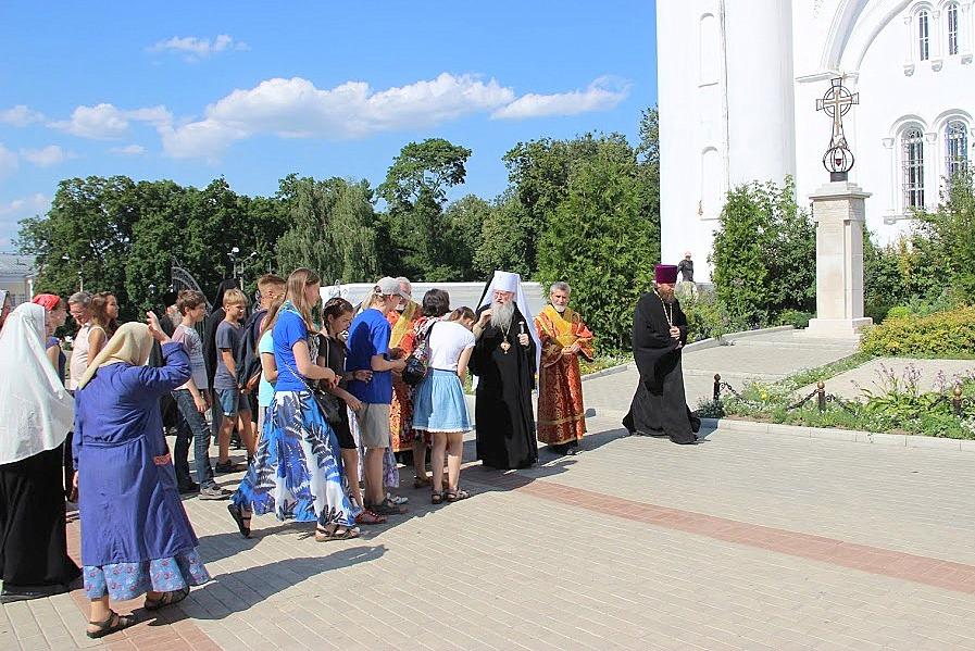 Участники экспедиции подходят под благословение к митрополиту Владимирскому и Суздальскому Евлогию
