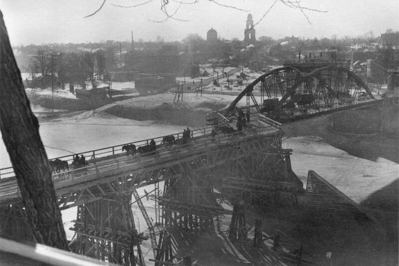 Восстановленный немецкими инженерными частями пролет моста через Волгу в оккупированном Ржеве, левобережный пролет моста был взорван в октябре 1941 частями красной армии при отступлении. 1942 год. Автор неизвестен