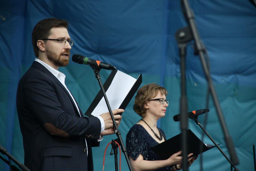 Ведущие фестиваля Андрей Васенев и Лидия Крошкина