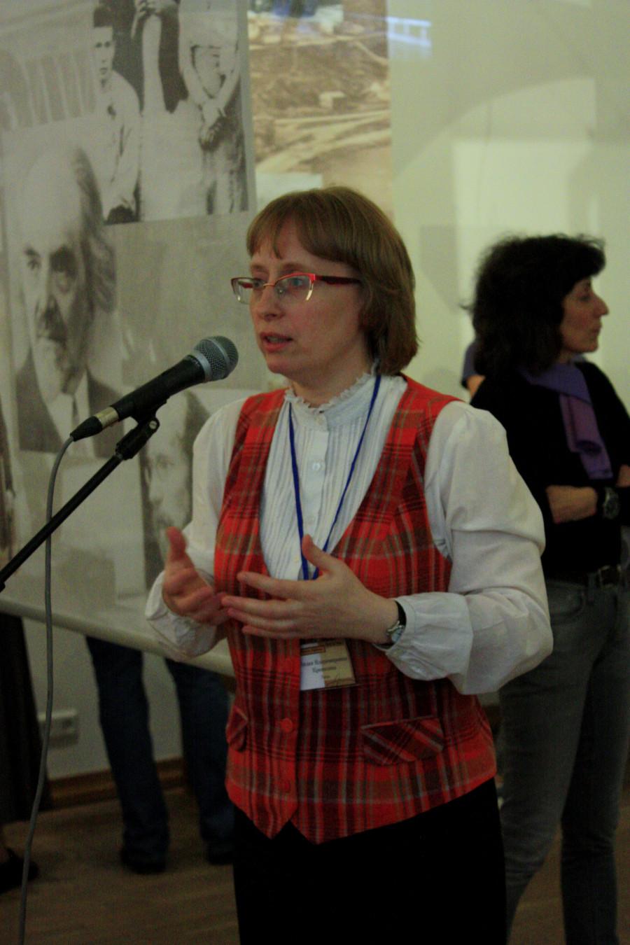 Лидия Крошкина, соавтор концепции выставки, проводит экскурсию по экспозиции