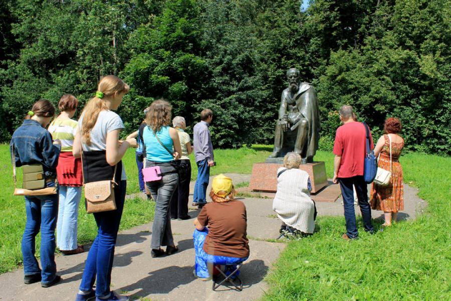 У памятника Ф.М. Достоевскому